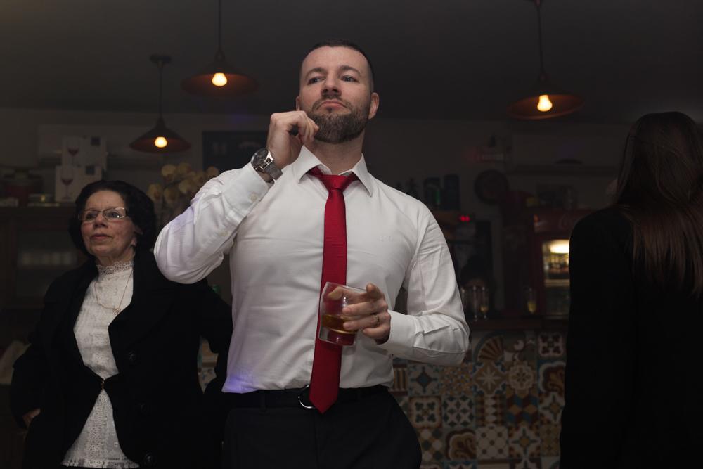 formando em direito da universidade uniritter dançando na pista de dança do restaurante escolhido para a recepção, cidade de porto alegre