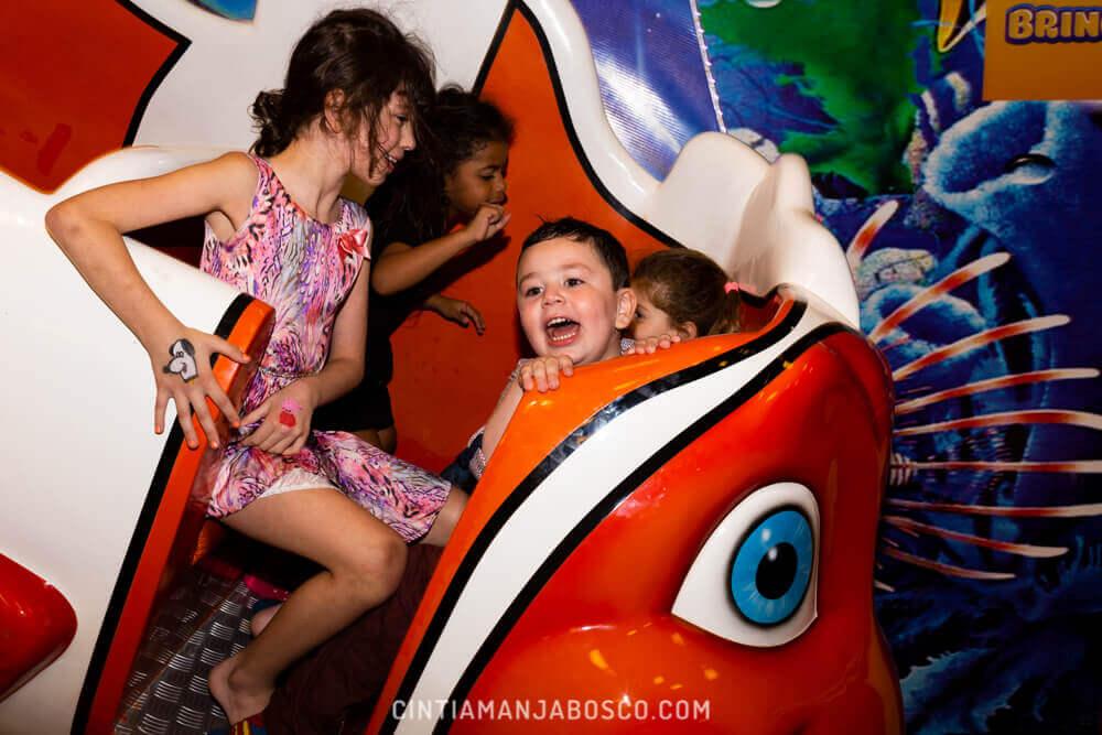 Crianças brincando na Casa de Festas Brincalhão, em Porto Alegre.